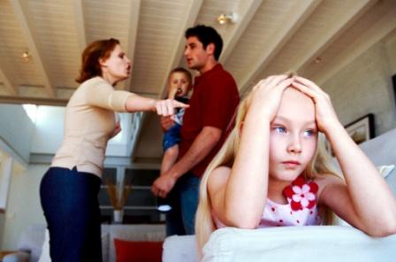 poza conflict in familie mami si tati se cearta