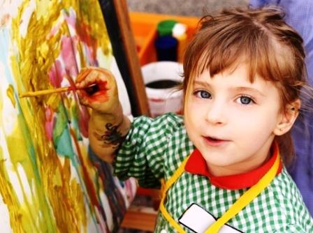 poza copil picteaza