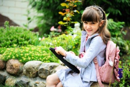 poza copil cu laptop in parc