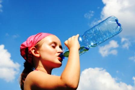 poza copil bea apa
