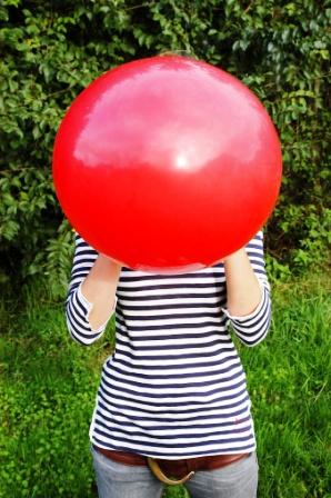 poza copil umfla balon