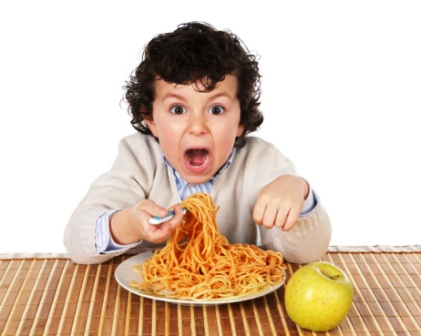 poza copil mananca spaghete