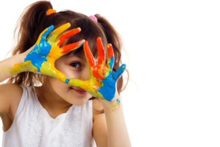 poza copil cu acuarele pe maini