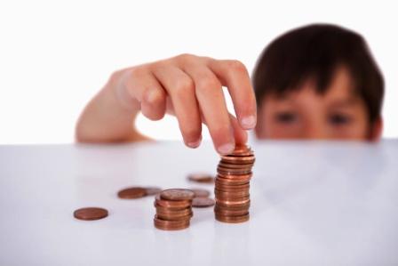 poza copil cu mana pe bani