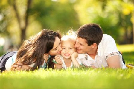 poza mama, tata si copilul la iarba verde
