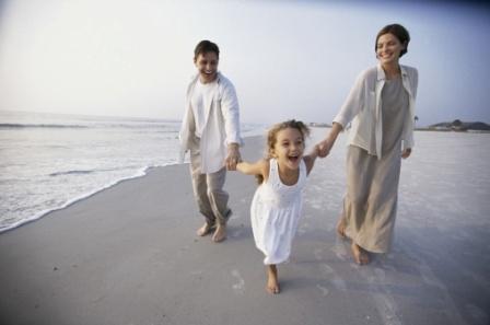 poza mama, tata si copilul, pe plaja