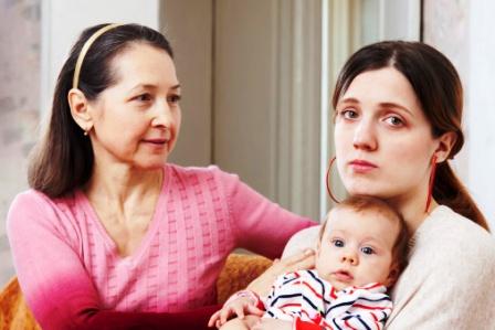 poza mama ingrijorata, copilul si bunica