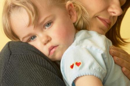 poza fetita trista la mama in brate