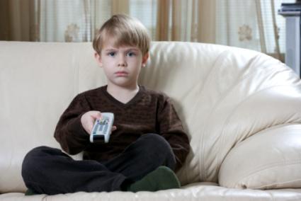 poza copil in fata televizorului cu telecomanda