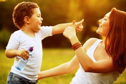 poza mama si copilul veseli