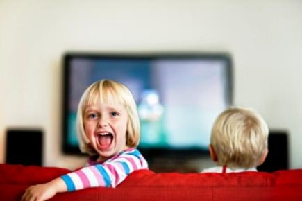 poza copii in fata televizorului