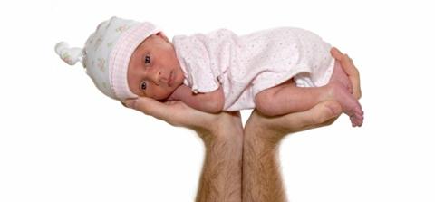 poza bebelus purtat pe brate