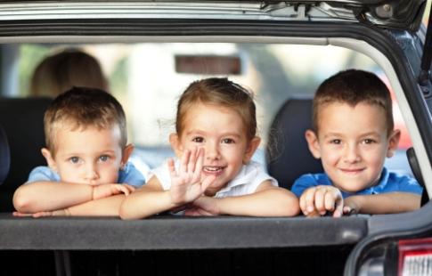 poza trei copii prieteni