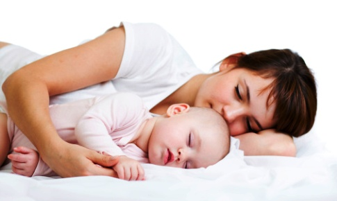 poza mama si copilul dorm