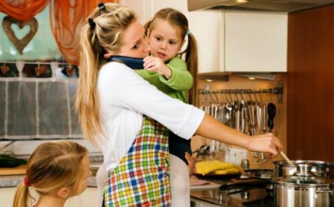 poza mama si copiii la bucatarie