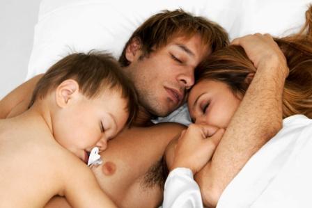poza mama, tata si copilul la culcare