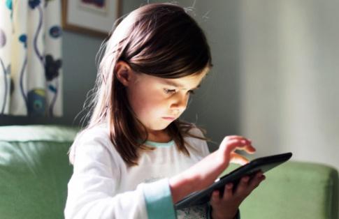 poza fetita se joaca jocuri video pe laptop