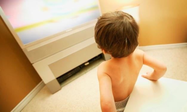 poza copil in fata ecranului