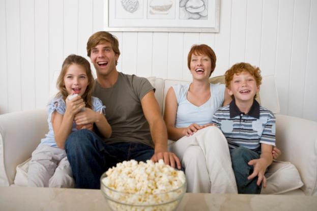 poza familie mananca la televizor