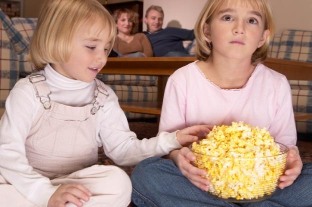 poza copii mananca popcorn la televizor