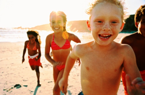 poza copii alearga pe plaja