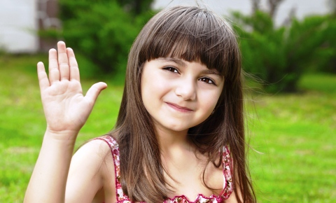 poza fetita la iarba verde