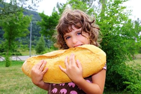 poza fetita flamanda care mananca o paine