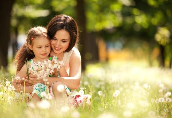 mama si copilul pe pajiste in natura