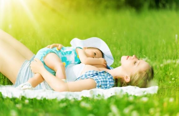 poza mama si copilul la soare si iarba verde