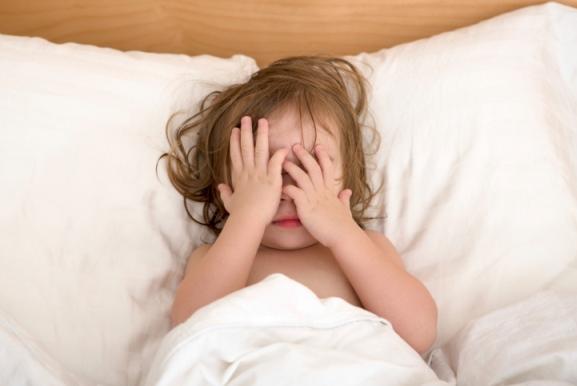 poza copil care se trezeste din somn
