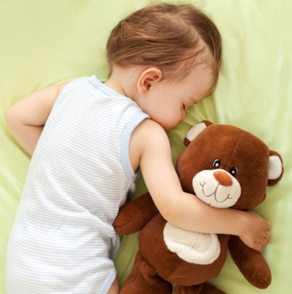 poza copil care doarme cu ursuletul