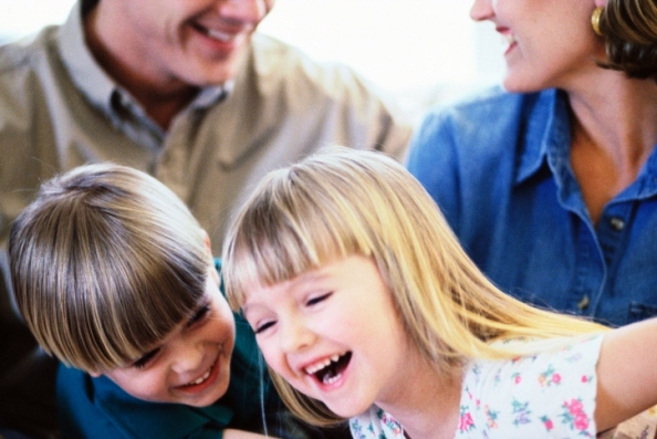 poza copii rad impreuna cu parintii