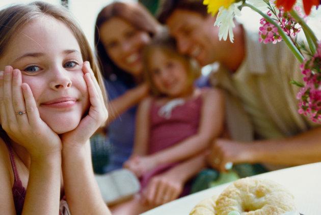poza copil si parinti fericiti