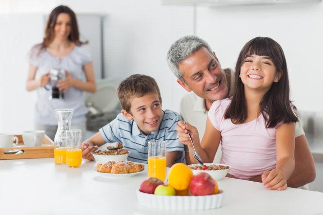 poza familie fericita in bucatarie