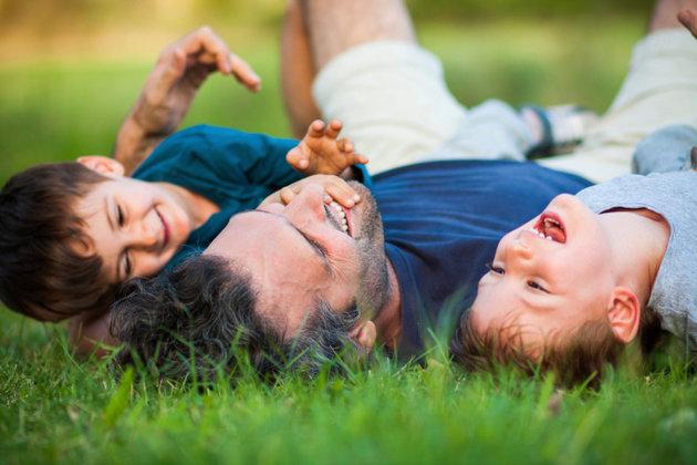 poza tata si copii la joaca