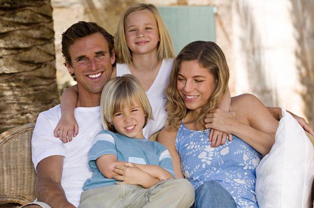 poza familie fericita, mama tata si copiii