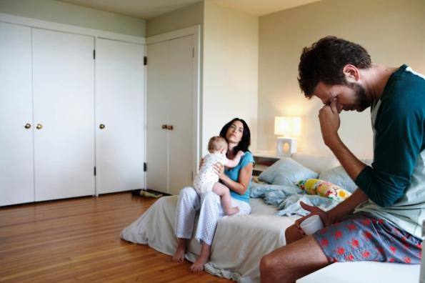 poza mama si tata in dormitor, la culcare