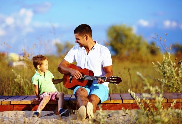 poza tata si copilul canta la chitara