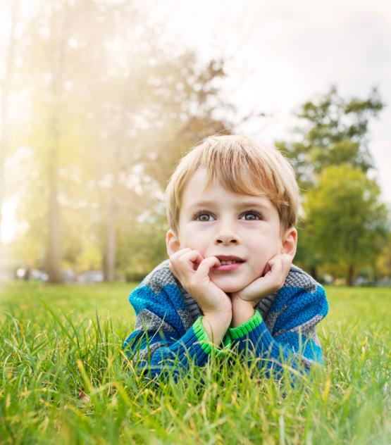 poza copil care viseaza cu ochii deschisi