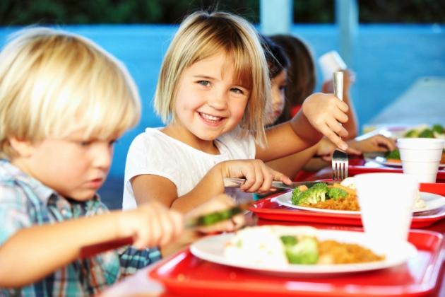 poza copii la masa