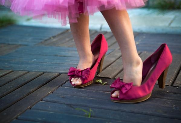 poza fetita in pantofii cu toc ai mamei
