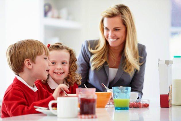 poza mama si copiii la micul dejun