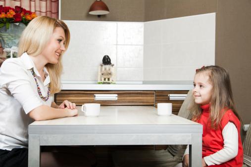 poza mama si copilul la o discutie