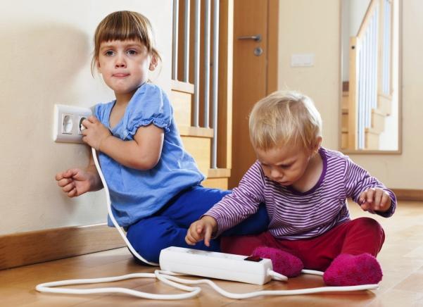 poza copii care se joaca cu prizele