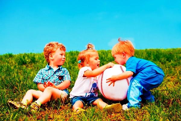 poza copii se joaca afara cu mingea