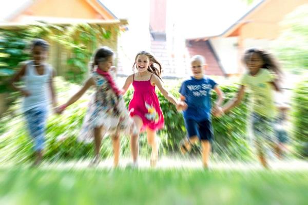 poza copii alearga