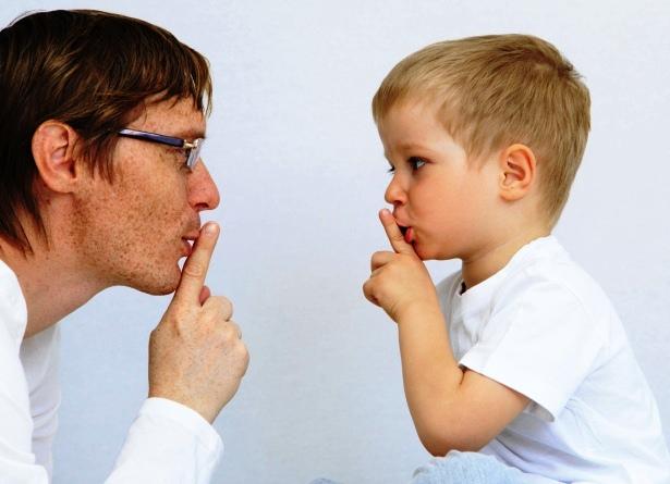 poza tata si copilul vorbesc