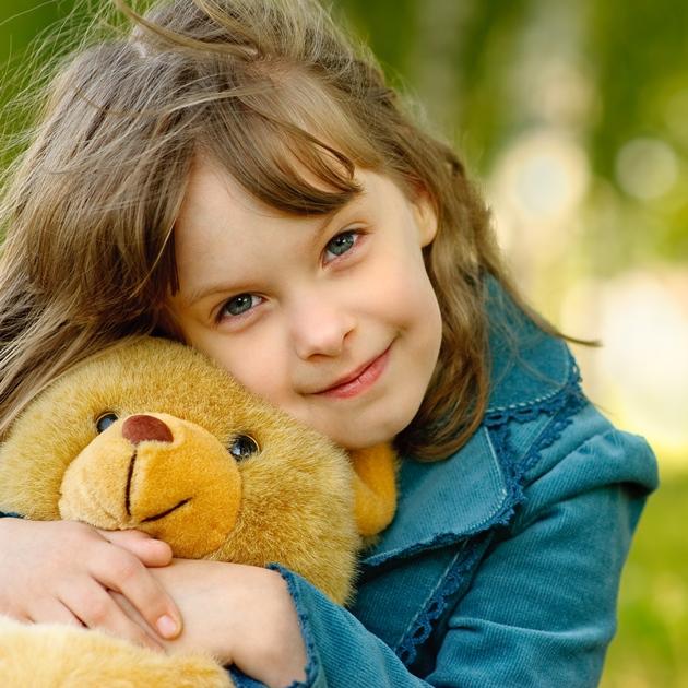 poza copil frumos cu jucarie de plus