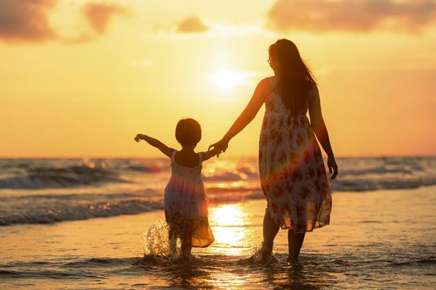 poza mama si copilul se plimba pe malul marii