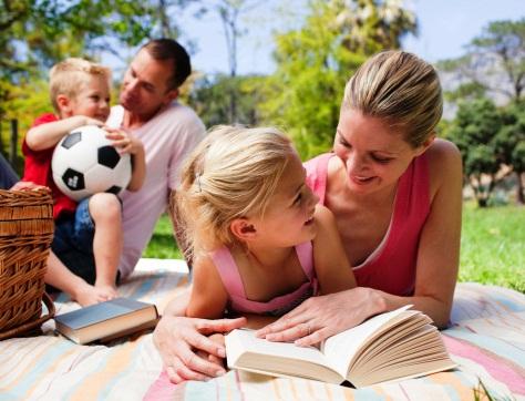 poza familie fericita la picnic